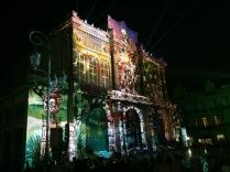 Spectacle sons et lumières projeté sur la façade du théâtre.